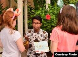 Alfian Rusli mengajarkan kebudayaan Indonesia di Disney Animal Kingdom, Florida (dok: Alfian Rusli)