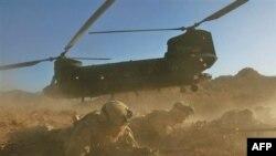 Американський військовослужбовець на тлі вертольота «Шинук» в Афганістані