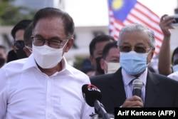 Mantan Perdana Menteri Malaysia Mahathir Mohamad (kanan) dan anggota parlemen oposisi Anwar Ibrahim (kiri) berbicara kepada media saat mereka memprotes penutupan parlemen di Kuala Lumpur pada 2 Agustus 2021. (Foto: AFP/Arif Kartono)
