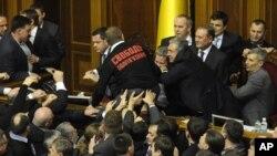 Beberapa anggota parlemen terlibat perkelahian di dalam gedung parlemen Ukraina di Kiev, saat berlangsungnya sidang pertama parlemen yang baru terbentuk di negara itu (12/12).
