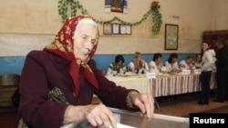 Избирательный участок в селе Фийна, Львовской области. Украина, 28 октября 2012 года