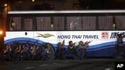 8月23日菲律宾警方正试图救出被扣押在大客车里的香港游客