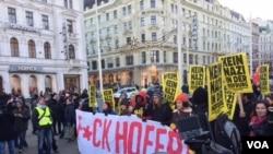ہوفر کے خلاف لوگ مظاہرہ کر رہے ہیں