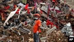 4月24日首都達卡附近製衣廠大樓的坍塌﹐導致 1100多人喪生。