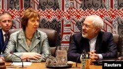 Le ministre iranien des Affaires étrangères Mohammad Javad Zarif (à dr.) et Catherine Aston, durant la reprise des pourparlers sur le programme nucléaire de l'Iran