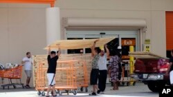 图为顾客2017年9月8日从商店购买三合板。