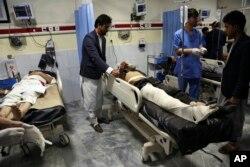 Kabildə seçki məntəqəsinə hücumda yaralanan insanlar