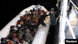 Wahamiaji wa Libya wakiwa kwenye boti wakielekea ulaya