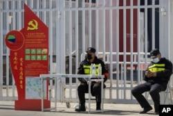 保安人员看守北京国际会展中心,海外抵达北京的旅客都要在这里接受集中隔离与检测。(2020年3月15日)