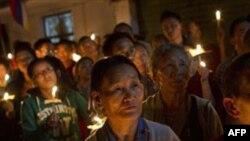 Những người Tây Tạng sống lưu vong tham gia đêm đốt nến cầu nguyện ở Dharamsala, Ấn Ðộ khi nghe tin các vị sư tự thiêu