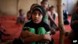 지난 16일 인도 뉴델리의 난민캠프에서 미얀마 로힝야족 어린이들이 수업을 듣고 있다.