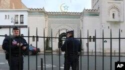 Policija čuva Veliku džamiju u Parizu, 14. januara 2015. nedelju dana posle napada na magazin Šarli Ebdo.