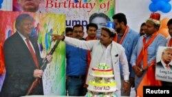 Miembros del grupo Hindu Sena, en India, celebran el cumpleaños número 70 de Donald Trump, en Nueva Delhi, el martes, 14 de junio de 2016.