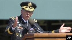 ឧត្តមសេនីយ ដេវិដ ប៉េត្រេយឹស (David Petraeus)និយាយលាកងយោធាសរអាដែលលោកបានបំរើភារកិច្ចអស់រយៈពេល៣៧ឆ្នាំ នៅឯមូលដ្ឋានទ័ព Fort Myer នៅខាងក្រៅរដ្ឋធានីវ៉ាស៊ីនតោន នៅថ្ងៃទី៣០ខែសីហាឆ្នាំ២០១១។