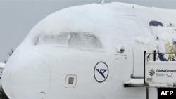 Sneg na avionima na aerodromu u Berlinu primorao je otkazivanje velikog broja letova