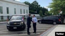 Specijalni savetnik predsednika SAD za dijalog Srbije i Kosova Ričard Grenel dočekuje predsednika Srbije Aleksandra Vučića ispred Bele kuće, pred sastanak sa premijerom Kosova Avdulahom Hotijem, u Vašingtonu, 3. septembra 2020. (Foto: Tviter nalog Saveta za nacionalnu bezbednost