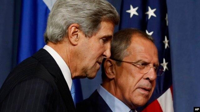 Menlu AS John Kerry (kiri) dan Menlu Rusia Sergei Lavrov melangsungkan pembicaraan serius mengenai Suriah di Jenewa, Swiss hari Kamis (12/9).