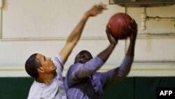 Tổng thống Obama (trái) bị thương khi chơi bóng rổ và đã được khẩu 12 mũi trên môi