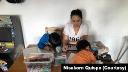 ນາງ Nisakorn Quispe ສອນໜັງສືໃຫ້ລູກຢູ່ເຮືອນ ໃນຂະນະທີ່ພະຍາດໂຄວິດ-19 ລະບາດໜັກ ຊຶ່ງເຮັດໃຫ້ໂຮງຮຽນຢູ່ເມືອງ Queens ໃນນະຄອນນິວຢອກ ປິດລົງຢູ່ນີ້
