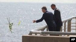 آقای اوباما و موریسیو ماکری، شاخه های گل سرخ را در نزدیک بنای یادبودی قربانیان جنگ کثیف در آرژانتین به آب انداختند.