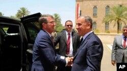 11일 이라크를 방문한 애슈턴 카터(왼쪽) 미국 국방장관이 칼리드 알오베이디 이라크 국방장관과 회담을 마친 뒤 이라크 국방부 청사를 떠나며 악수하고 있다.