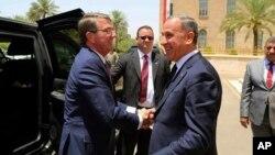 Menhan AS Ash Carter (kiri) disambut oleh Menhan Irak Khaled al-Obeidi ketika tiba di kantor Kementerian Pertahanan Irak di Baghdad, Senin (11/7).