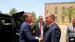 Le chef du Pentagone Ash Carter et son homologue irakien Khaled al-Obeidi, Bagdad, Irak, le 11 juillet 2016.(AP Photo)