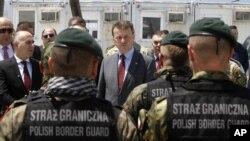 지난해 5월 마리우스 블라스자크 폴란드 내무장관(가운데)이 마케도니아 접경 지역에서 국경 검문 담당자들과 대화하고 있다. (자료사진)