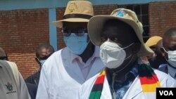 UMongameli Emmerson Mangagwa lomsekeli wakhe, uMnu. Kembo Mohadi, ngesikhathi bevula okusemthethweni impompi zezibholani eNyamandlovu ngoLwesine. (Photo: Ezra Tshisa Sibanda)