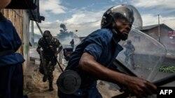 Polisi na wanajeshi nchini Burundi wakiwafurusha waandamanaji.