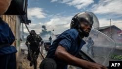 Des policiers pourchassent des manifestants à Bujumbura, le 13 mai 2015.
