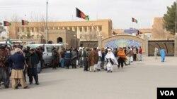 معترضان اجساد قربانیان را در برابر دفتر والی هرات گذاشته و خواستار رسیدگی جدی به این رویداد شدند