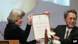 ေဒၚေအာင္ဆန္းစုၾကည္အတြက္ ေပးအပ္တဲ့ SWEDEN PALME PRIZE ဆုကို ၀န္ႀကီးခ်ဳပ္ ေဒါက္တာစိန္၀င္း လက္ခံရယူေနစဥ္ကျဖစ္ပါတယ္။