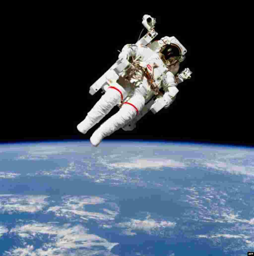 Даг Уилок вышел в открытый космос