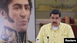Venezuela sufre una severa escasez de alimentos y medicinas, una inflación de más del 200% y un déficit fiscal de alrededor del 20%, según economistas privados.