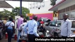Des automobilistes attendent le carburant dans une station-service à Bujumbura, Burundi, 30 mai 2017. (VOA/Christophe Nkurunziza)
