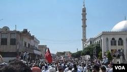 Para demonstran melakukan unjuk rasa di Hula, dekat kota Homs (4/11). PBB mengatakan sedikitnya 3.600 orang telah tewas di negara itu sejak protes menentang Presiden Bashar al-Assad dimulai bulan Maret.