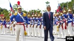 El presidente fue recibido con todos los honores en Brasilia, escala inicial de su gira.