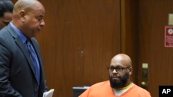 "Marion ""Suge"" Knight (à droite) au tribunal avec son avocat , Los Angeles, Calif., le 9 mars 2015. (AP Photo/Kevork Djansezian, Pool, File)"