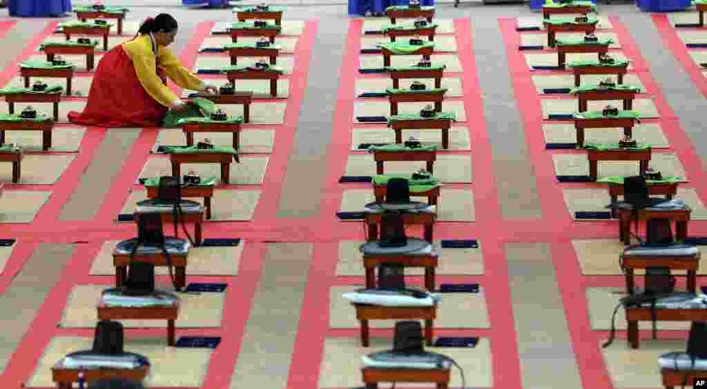 Sắp xếp để chuẩn bị cho lễ Gwan-Rye ở Seoul, Nam Triều Tiên, là dịp để công nhận nam nữ đủ 20 tuổi sống với cha mẹ nhưng độc lập với gia đình.