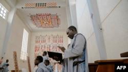 Les moines lisent lors de la messe à l'intérieur de l'église de l'abbaye de Keur Moussa, au Sénégal, le 19 mai 2021.