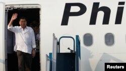 Tổng thống Philippines Rodrigo Duterte tại Sân bay Quốc tế Nội Bài, Hà Nội, Việt Nam, ngày 28 tháng 9 năm 2016.
