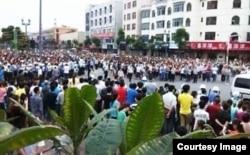 东莞裕元鞋厂数万工人4月中旬举行长达两周的罢工,要求改善福利待遇。(微博图片)