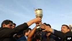 زمبابوے کے خلاف سیریز جیتنے کے بعد افغان کرکٹ ٹیم ٹرافی کے ساتھ۔ فائل فوٹو