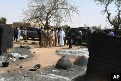Presiden Mali Ibrahim Boubacar Keita meninjau lokasi serangan terhadap warga etnis Fulani di Ogossagou, Senin (25/3).
