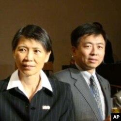 台灣第一夫人周美青(左)與台灣行政院文化建設委員會主任委員盛治仁(右)