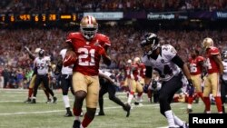 San Francisco 49ers ທ້າວ Frank Gore (21) ນໍາໝາກບານ ແລ່ນເຂົ້າໂກລ ເສັ້ນໄຊຊະນະ ຂອງທິມ Ravens Baltimore.