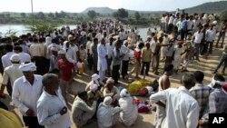 13일 인도 프라데시주의 힌두사원의 압사 사고 현장에 주민들이 모여 있다.