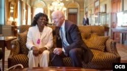 La líder de las Damas de Blanco, Berta Soler, con el vicepresidente Biden en Washington.