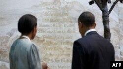 Барак и Мишель Обама у мемориала жертвам теракта в Мумбае.